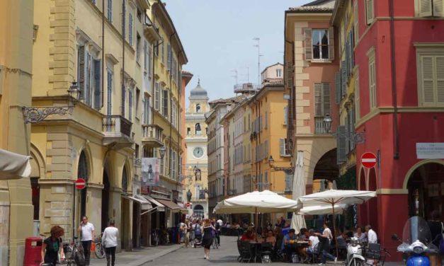 La città-ristorante dove chiudono i negozi storici